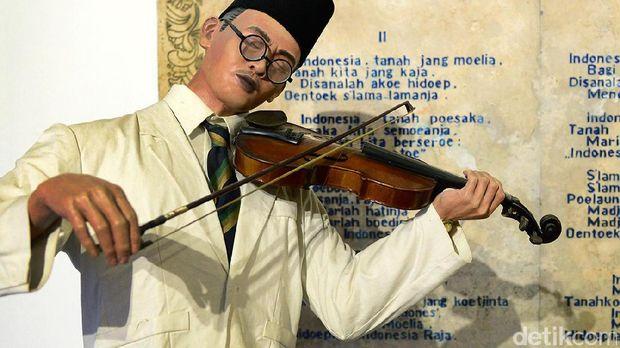 Diorama di Museum Sumpah Pemuda menunjukan pencipta lagu Indonesia Raya, WR Supratman memperdengarkan lagu Indonesia Raya tiga stanza di depan Kongres Pemuda III, 1928.