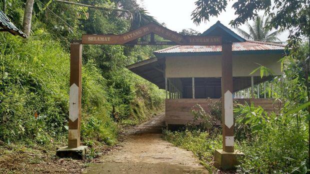 Gapura menuju Desa Suruh Tembawang.