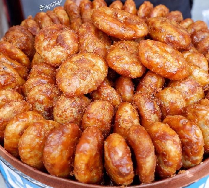 Dibuat dari tepung ketan dan kelapa, gemblong yang digoreng dengan balutan gula merah ini rasanya legit renyah. Cocok mengiringi kopi pahit.Foto: Istimewa