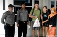 Dua turis asing setelah bermalam di hotel di Pekalongan.