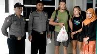 Untuk bekal perjalanan kedua turis ini, polisi Pekalongan rela patungan. Kedua turis tersebut sebelumnya sudah mengunjungi sejumlah tempat wisata di Jawa Timur. Kemudian dengan menumpang bus, mereka menempuh perjalanan dari Jawa Timur ke Jakarta. Foto: Dok Polsek Wiradesa, Pekalongan