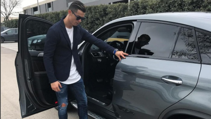 Cristiano Ronaldo pose dengan mobil mewahnya