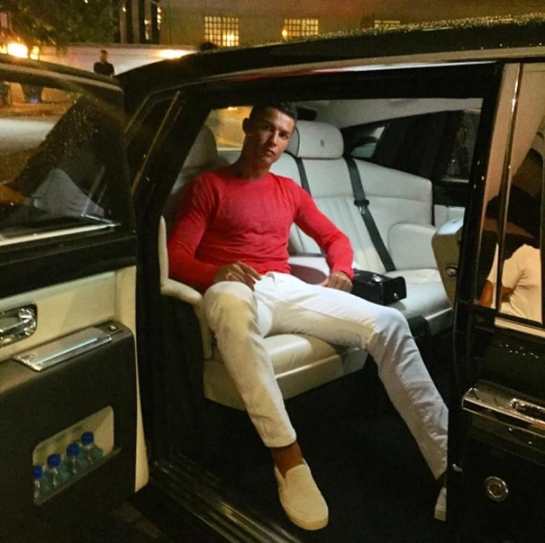 Crsitiano Ronaldo pose dengan mobil mewahnya. Foto: Instagram Cristiano Ronaldo
