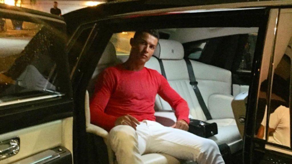 Asyik Bener Cristiano Ronaldo Karaoke Sambil Nyetir Rolls-Royce