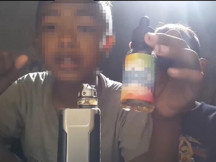 Peran orang tua dan pemerintah sangat penting untuk menghadang rokok elektrik pada anak. Foto: Facebook/Meme Politik Indonesia