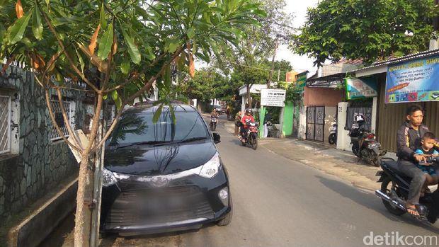 Melongok Bahu Jalanan Kampung di Jakarta yang Jadi Parkiran Mobil