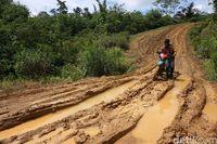 Jalan jelek menuju Desa Suruh Tembawang.
