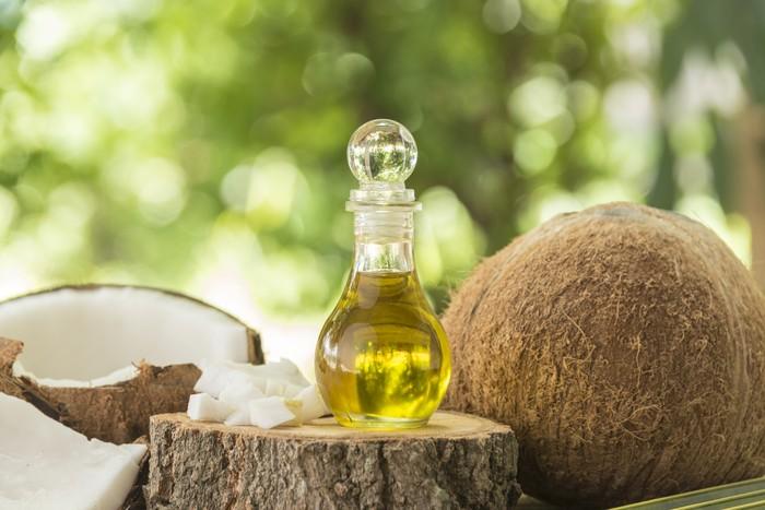 Bahan alami terbaik untuk mengatasi masalah rambut rontok adalah minyak kelapa. Minyak kelapa dapat menembus batang rambut dan zat yang ada di dalamnya akan mengikat sehingga dapat mencegah hilangnya protein rambut. Minyak kelapa juga memiliki sifat anti bakteri yang melindungi rambut dari infeksi bakteri dan jamur. (Foto: Thinkstock)