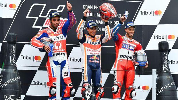 Marc Marquez mendapat cemoohan dari pendukung Valentino Rossi usai balapan MotoGP San Marino musim lalu.