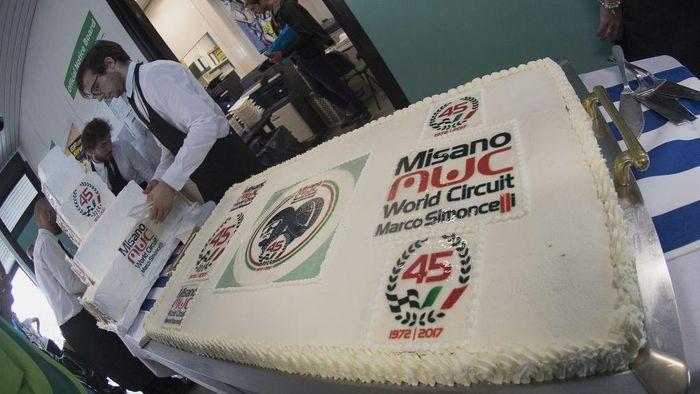 Kue ulang tahun ini hadir untuk merayakan 45 tahun Sirkuit Misano (1972-2017), yang kini resminya bernama Misano World Circuit Marco Simoncelli. (Photo by Mirco Lazzari gp/Getty Images)