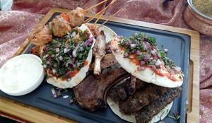 Yuk, Cicipi Chicken Kebab dan Kofta Lebanon Racikan 2 Chef Asal Muscat di Restoran Ini!