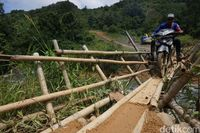 Jembatan bambu dilewati motor.