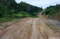 Jalan berlumpur menuju desa di perbatasan.