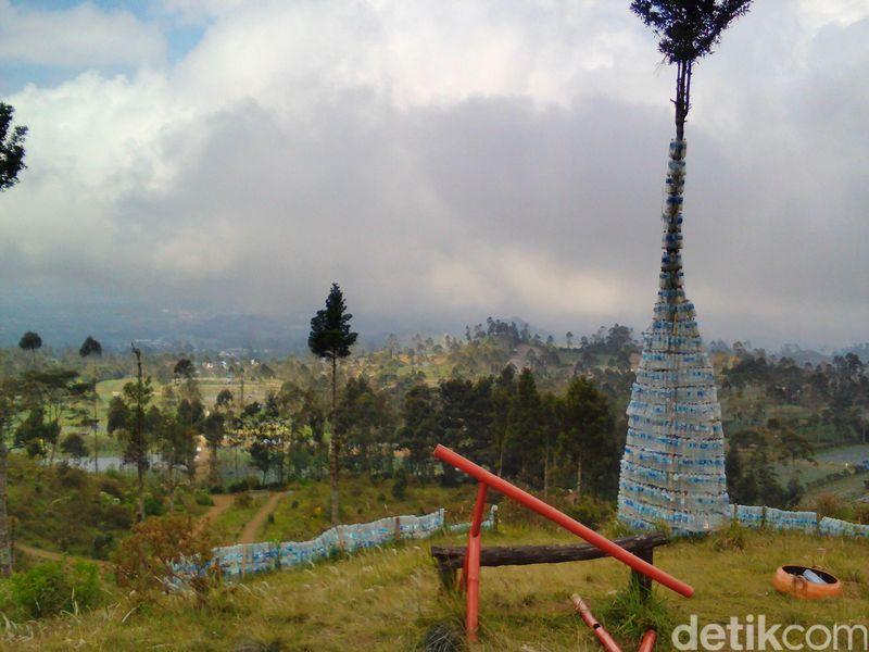 Sampah-sampah itu dikumpulkan kemudian dibentuk sebagai dinding-dinding gubuk botol dan menara(Arbi Anugrah/detikTravel)