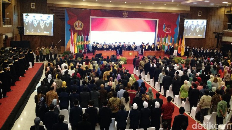 Jokowi: Harusnya Unpad Punya Fakultas Medsos Jurusan Meme