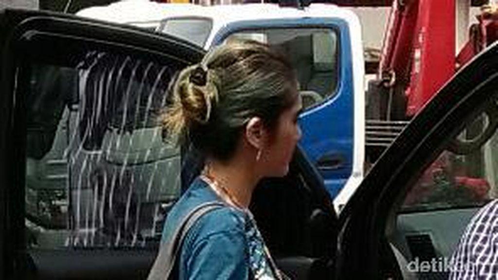 Parkir di Bahu Jalan, Artis FTV Revi Mariska Ditilang