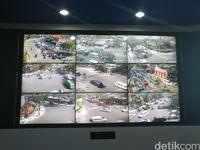 Saat ini terpasang 136 CCTV di beberapa lampu merah. Kamera pemantau itu dikendalikan 10 petugas.