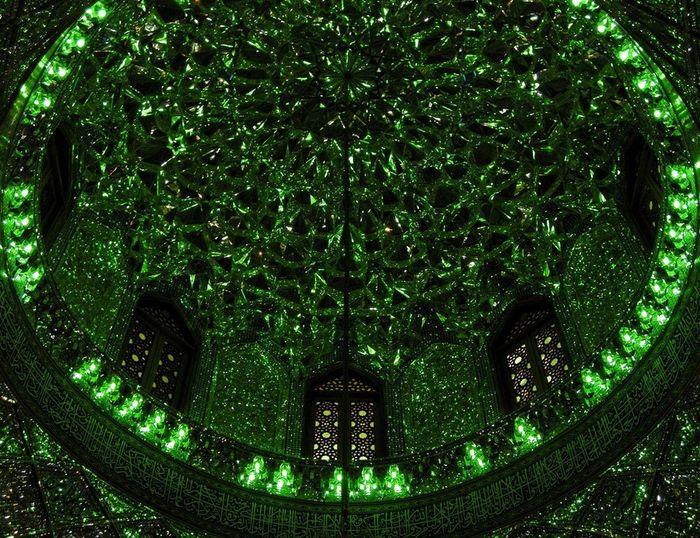 Begini penampakan salah satu sudut kubah di dalam Masjid Shah Cheragh. Istimewa/Boredpanda.