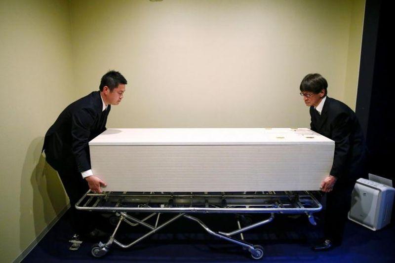 Krematorium (tempat menunggu untuk dikremasi) harus ditambah, sayangnya tidak ada lahan lagi untuk menambahnya. Maka akhirnya saya buatlah Hotel Sousou ini, ujar Hisao Takegishi, sang pendiri hotelnya (Reuters)