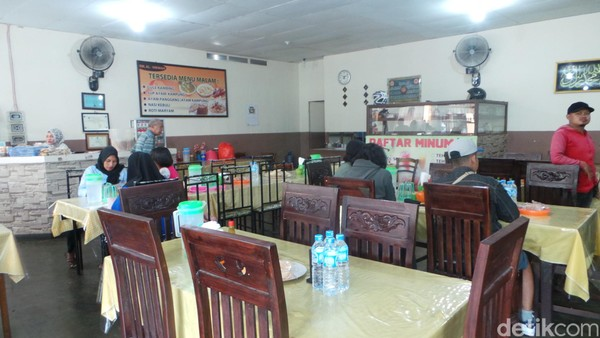 Rumah makan ini seperti tidak pernah sepi. Pengunjung datang silih berganti dari beragam kalangan. Tua muda, semuanya doyan nasi kuning (Wahyu/detikTravel)