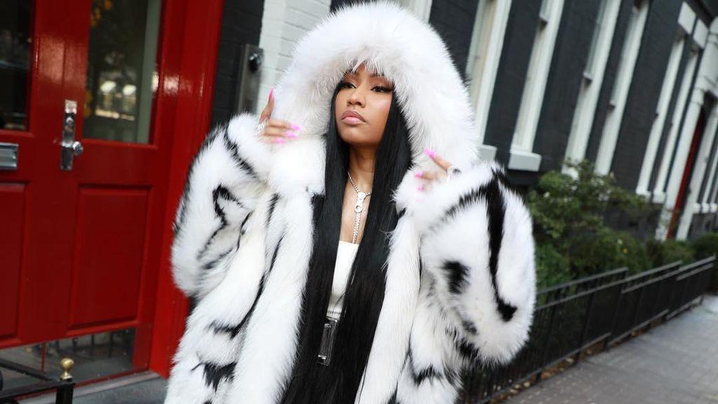 Demi Fashion, Nicki Minaj Pakai Mantel Bulu Rp 250 Juta Saat Cuaca Panas