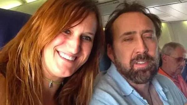 Terakhir, ada seorang traveler wanita yang berhasil foto bareng aktor Nicholas Cage di bangku pesawat. Ekspresi Nicholas pun tampak sangat lelah, mungkin karena pekerjaan? (EffThisImOut/Reddit)