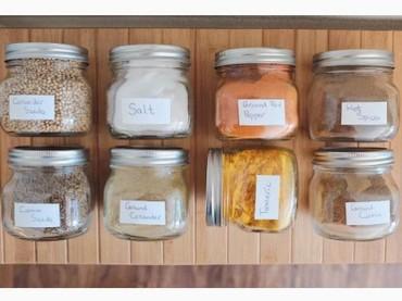 Punya jar atau toples bekas makanan bayi? Mungkin bisa dipakai jadi tempat bumbu nih Bun. Foto: Instagram/thetintroom
