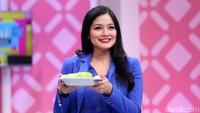 Titi saat tampil di acara Brownis di Trans TV, Kapten Tendean, Jakarta Selatan pada Selasa (12/9).