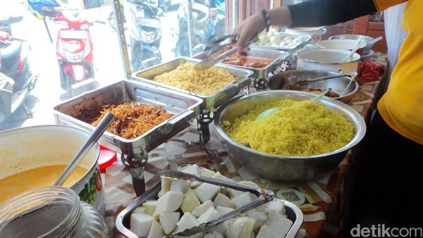 Selain nasi kuning, Rumah Makan Al Hikmah juga menyediakan menu lainnya. Ada juga lontong opor yang tak kalah sedapnya (Wahyu/detikTravel)