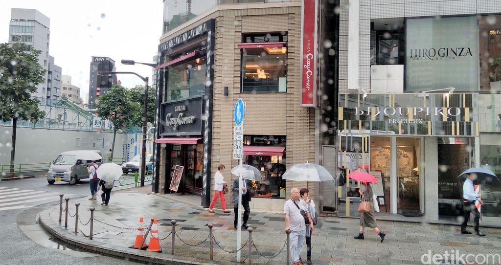 Ginza terkenal sebagai pusat perbelanjaan kelas atas di Tokyo, ibu Kota Jepang. Di tempat inilah orang-orang tajir menghabiskan uangnya.
