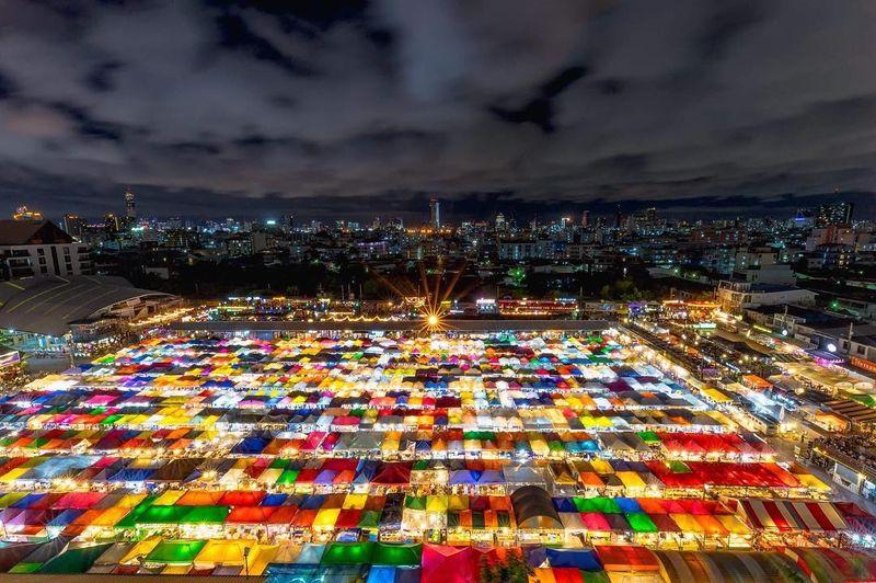 Di kalangan traveler, nama Pasar Malam Ratchada di Bangkok tengah menjadi buah bibir karena bentuknya yang mirip tetris (@deawtheanalog/Instagram)
