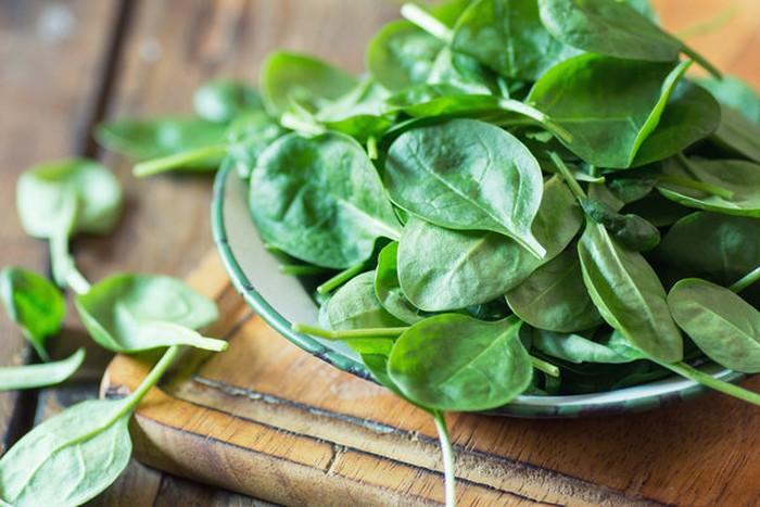 Sayuran dengan daun berwarna hijau gelap seperti bayam dan kale kaya akan vitamin C dan E, serta karotenoid lutein dan zeaxanthin yang bermanfaat untuk mata. Sayur yang mudah diolah ini juga menurunkan risiko penyakit mata jangka panjang, misalnya katarak. Foto: Getty Images
