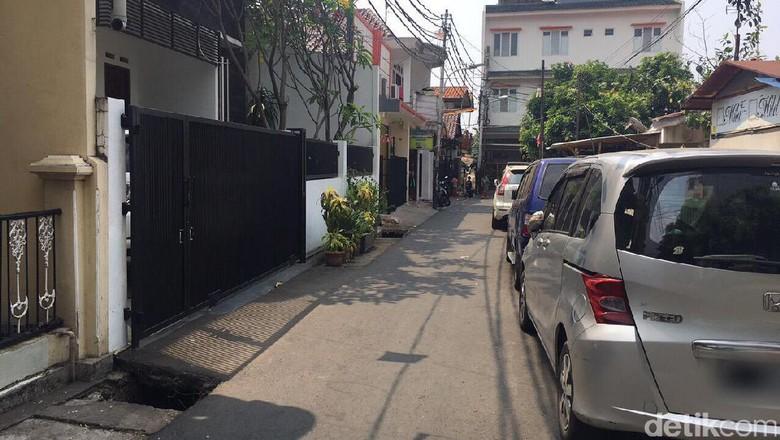 Potret Bahu Jalanan Kampung Jakarta yang Jadi Parkiran Liar