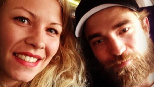 Selain Kristen Stewart, seorang traveler yang beruntung juga sempat berfoto bareng mantannya di pesawat. Siapa lagi kalau bukan Robert Pattinson (Instagram)