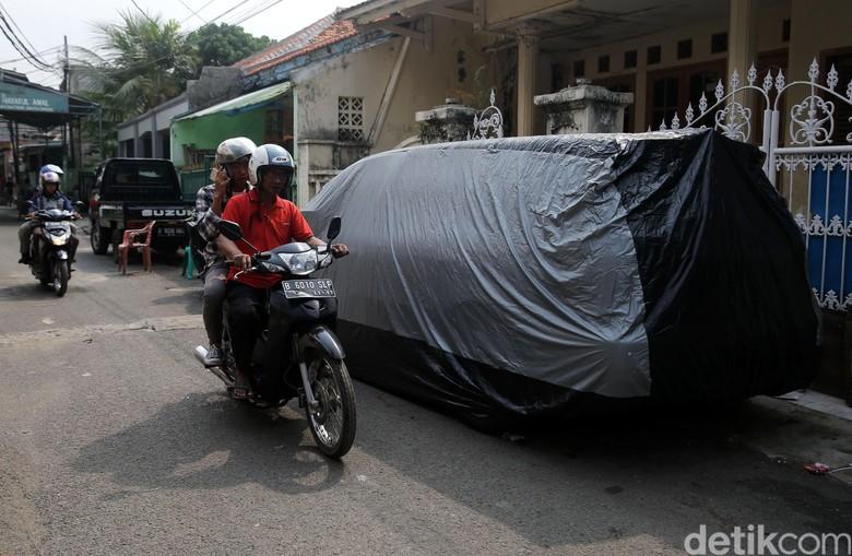 Tak Punya Garasi, Bahu Jalan pun Jadi Tempat Parkir (Foto: Agung Pambudhy)