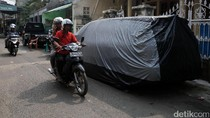 Foto: Tak Punya Garasi, Bahu Jalan pun Jadi Tempat Parkir