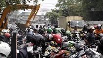Foto: Parkir Liar Persempit Jalan di Depan Polres Jaktim