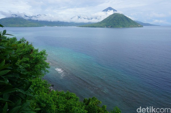 Untuk menikmati keindahan Pulau Maitara yang ada di uang seribu rupiah lama, traveler tidak harus mesti menyeberang ke sana. Justru menikmati Maitara dari kejauhan sangat disarankan (Wahyu/detikTravel)