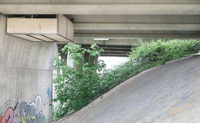 Sepetak kantor tersebut terlihat menggantung di antara sisi bawah jembatan. Istimewa/Jose Manuel Pedrajas/Boredpanda.