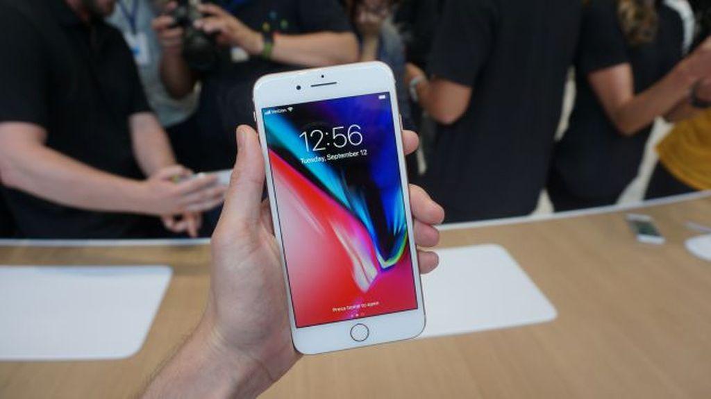 iPhone 8 Plus memiliki bentang layar 5,5 inch yang lebih besar dari iPhone 8. (Foto: Dok. techradar)