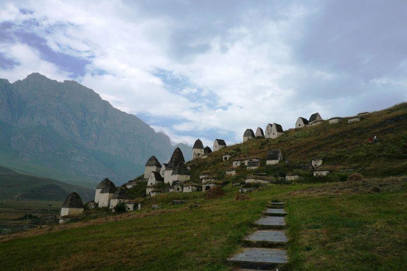 Di kawasan North Ossetia, ada Dargavs yang dijuluki sebagai kota mati. Bayangkan saja, tiap rumah di sana ternyata adalah kuburan manusia (Russia Travel)