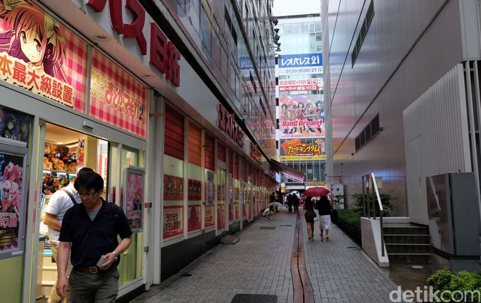 Salah satunya ada Akihabara Radio Kaikan yang terdiri tak lebih dari 10 lantai dan dipenuhi oleh model-model plastic, action figure, mainan otaku yang langka, dan bahkan benda-benda vintage yang mungkin tak bisa ditemukan di tempat lain.