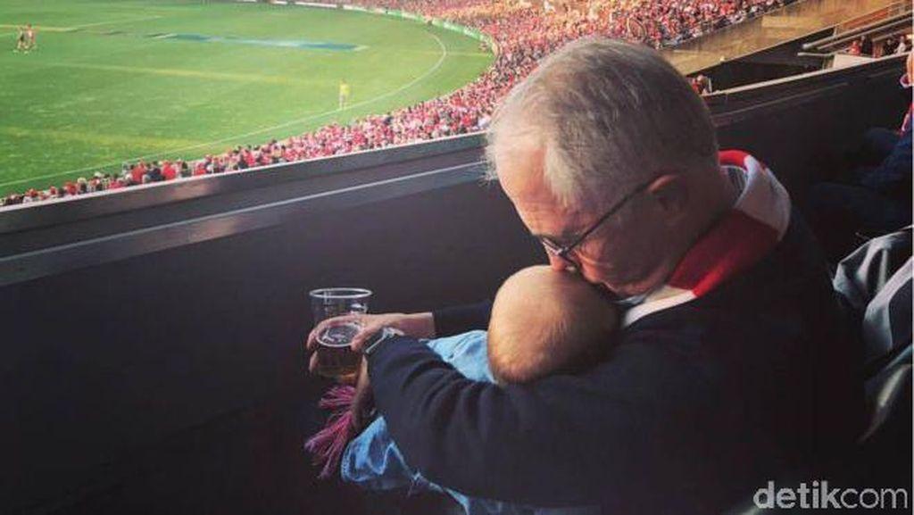 Gendong dan Cium Cucu Saat Nonton Bola, PM Australia Jadi Sorotan