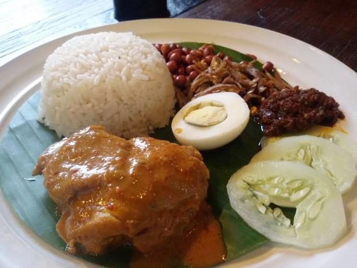 Ini nasi lemak buatan restoran Lemongrass di Bogor. Lauknya bisa memilih rendang atau kari ayam. Makin enak dengan pelengkap teri kacang, telur rebus, sambal dan mentimun. Foto: dok. detikFood