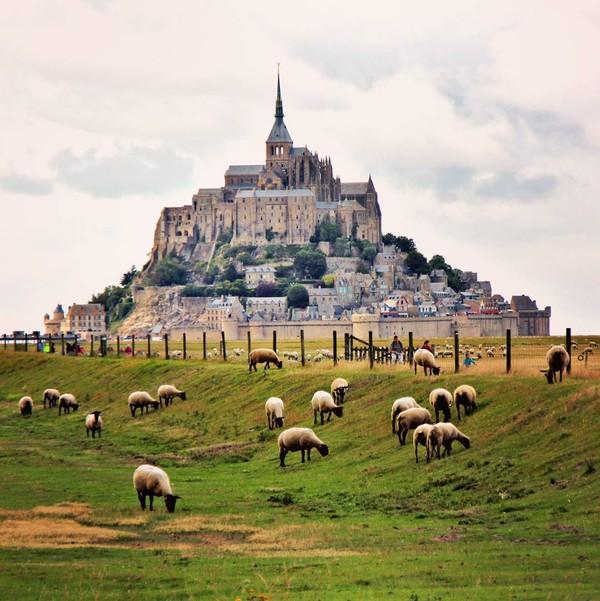 Mont St. Michel Abbey di Prancis merupakan gereja unik yang letaknya berada di sebuah pulau. Tempat ini juga dianggap bersejarah, sehingga UNESCO pun mengakuinya sebagai salah satu yang harus dilestarikan (Instagram/beyleart)