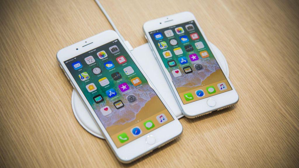 iPhone 8 Plus bersanding dengan iPhone 8 di sebelahnya. Sekilas wujudnya sama dengan iPhone 7 dan 7 Plus. Foto: istimewa