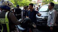 Seorang pengendara motor protes karena ditilang