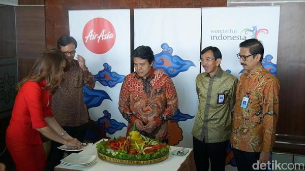 Peluncuran ini ditandai dengan pemotongan tumpeng nasi kuning. Kata CEO Grup AirAsia Indonesia, Dendy Kurniawan, livery ini sudah mendapat peresmian ini dan kami bangga dapat mendukung pariwista Indonesia (Masaul/detikTravel)