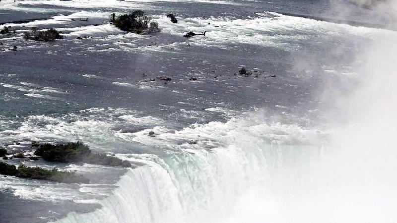 Erendira Wallenda (36), adalah pemain akrobat profesional yang kerap melakukan aksi-aksi menantang maut. Ini saat Erendira melakukan aksi bergelantungan di helikopter yang terbang di atas Air Terjun Niagara. Aksi ini dilakukan Erendira bulan Juni lalu (Mark Blinch/Reuters)