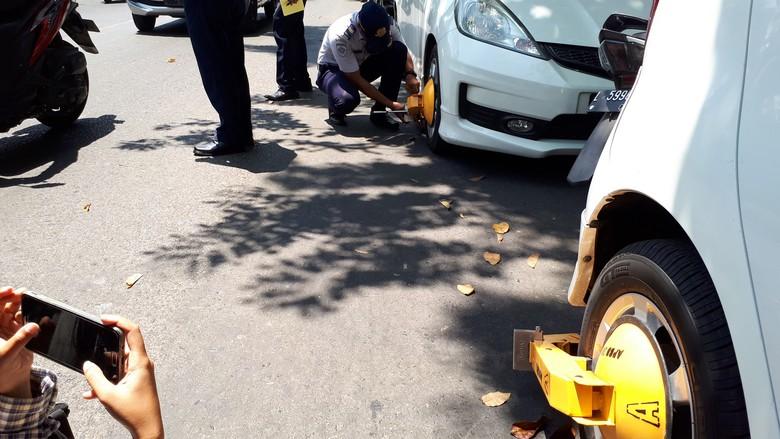 Penertiban Parkir Liar, 5 Mobil Digembok 27 Kendaraan Ditilang